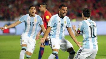 Gabriel Mercado festeja su gol con Lionel Messi anoche en Santiago.