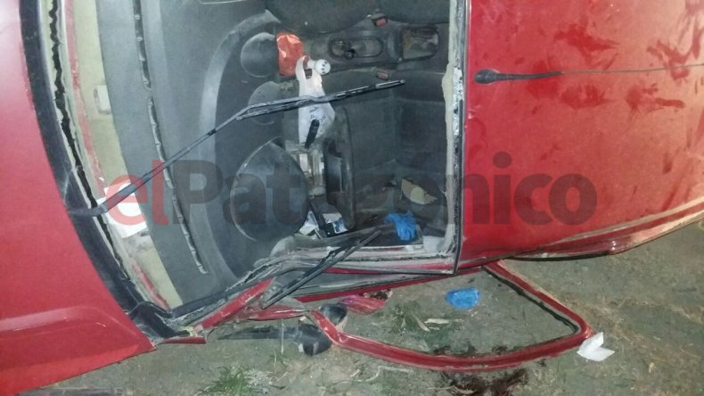 Volcó, quedó atrapado en el vehículo y ahora está en terapia intensiva