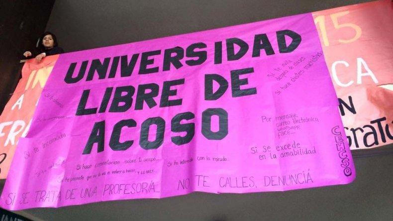 Una gran pancarta alusiva cuelga desde el primer piso del edificio universitario en Comodoro Rivadavia.
