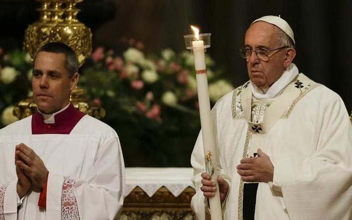 El papa Francisco celebró una solemne vigilia para complementar las celebraciones de Pascua.