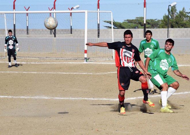 Sotelo y Darío Matus disputan la pelota en kilómetro 3. Ameghino ganó y es único escolta.