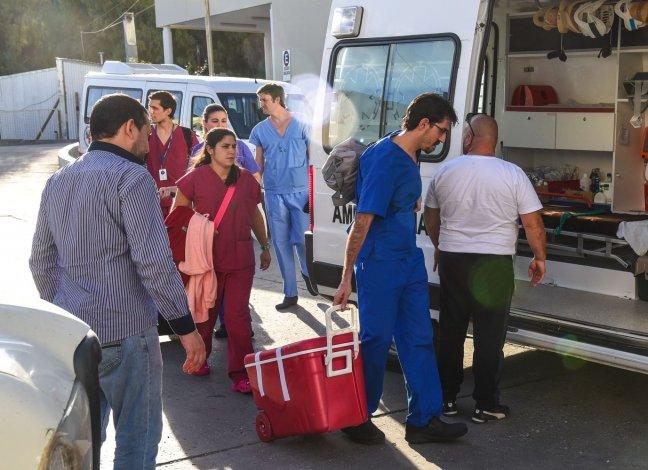 Los profesionales del INCUCAI trasladan los órganos hacia el aeropuerto en un vuelo con destino a Buenos Aires.