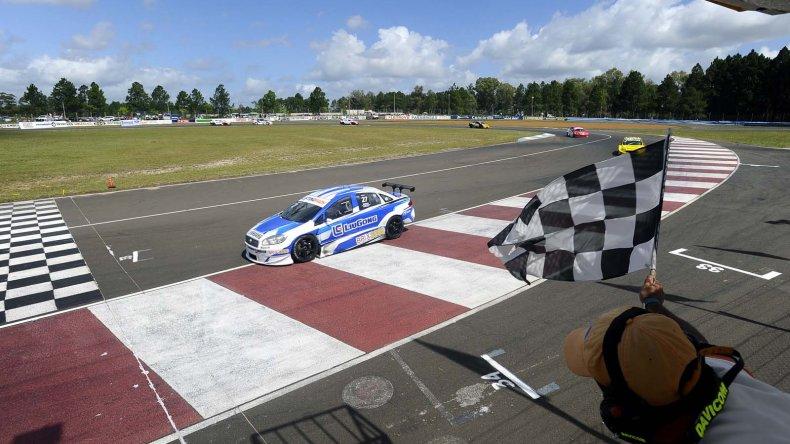 Marcelo Ciarrocchi cruza la bandera a cuadros ayer en el circuito de Concordia.