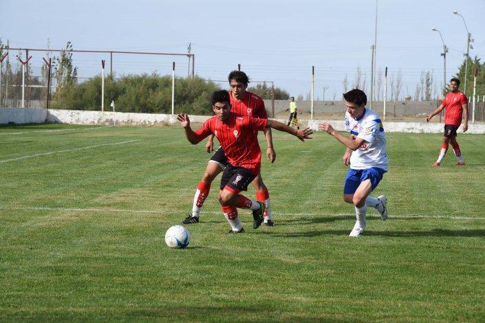 Huracán ganó en casa y lidera en soledad el torneo Inicial A del fútbol de Comodoro Rivadavia.