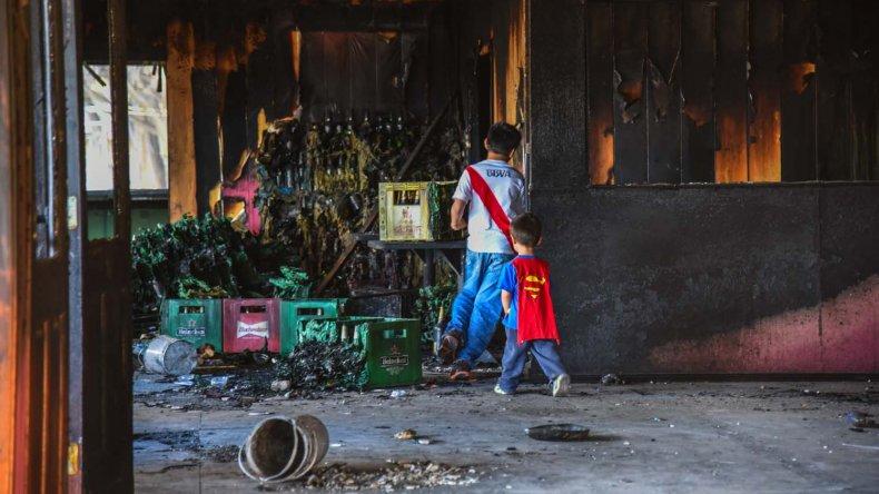 Los niños se divierten sin tomar conciencia del peligro que representa la estructura donde hace ocho días perdió la vida el bombero Luis Gramajo.