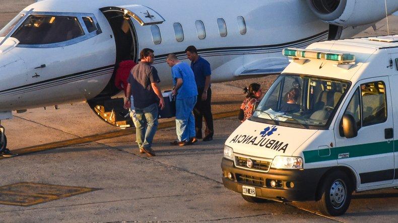 El trabajo de los equipos médicos en el aeropuerto durante uno de los operativos de ablación del fin de semana.