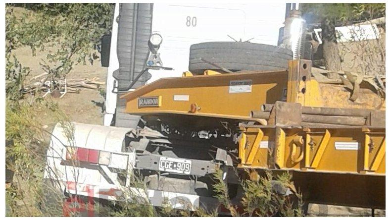 Un camión desbarrancó y cayó a un patio