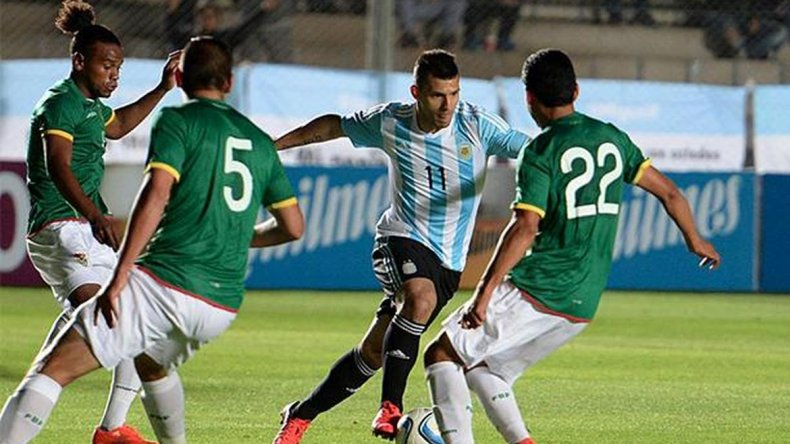 Bolivia probó con cinco defensores para enfrentar a Argentina