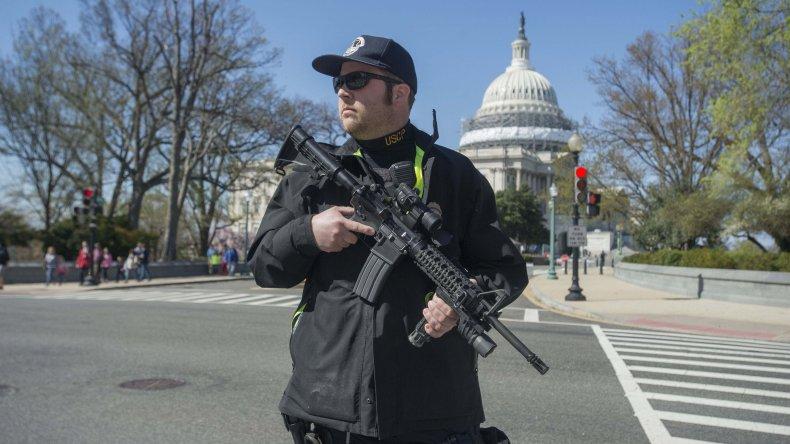 Un agente de seguridad del Capitolio presta guardia tras un tiroteo.