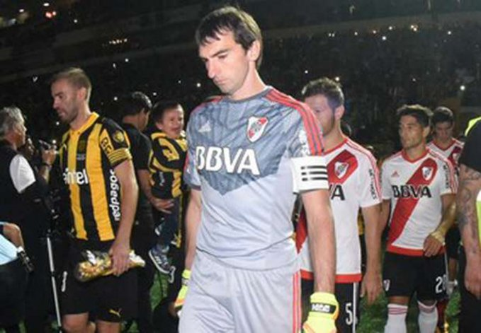 Marcelo Barovero jugó apenas 10 minutos ante Peñarol y se retiró tras sufrir un fuerte golpe contra un rival.