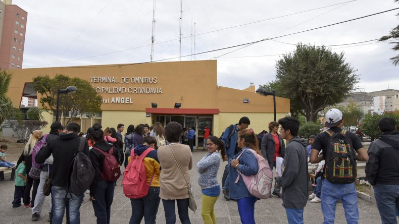 Otra vez largas colas para acceder a los bonos. La Terminal se vio desbordada y desde Provincia le apuntan a la empresa Patagonia.