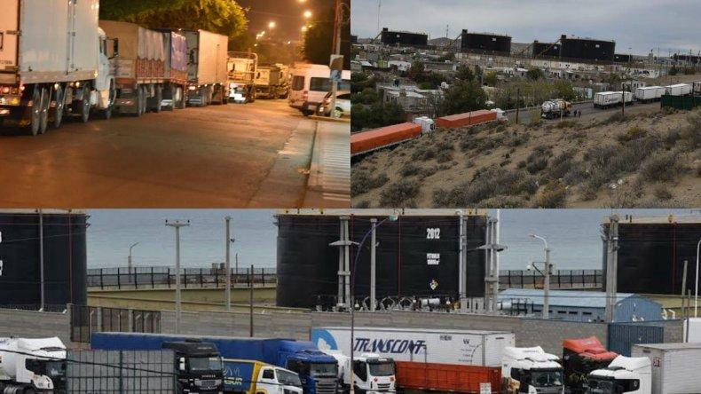 La fila de camiones que llega hasta las puertas de casas particulares