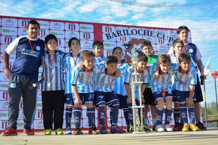 Los chicos de Racing Comodoro y cuerpo técnico en el momento de la consagración.