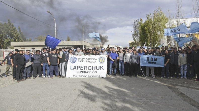 Más de 80 trabajadores se manifestaron en la planta de Lufkin. Piden la incorporación de tres trabajadores y evitar despidos masivos.