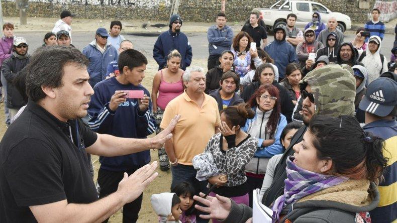 El intendente Facundo Prades solo ofreció ayuda social a los trabajadores de cooperativas y planes sociales. Las discusiones subieron de tono y lo insultaron.
