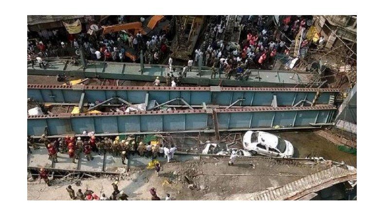 Al menos 200 personas atrapadas por el derrumbe de un puente