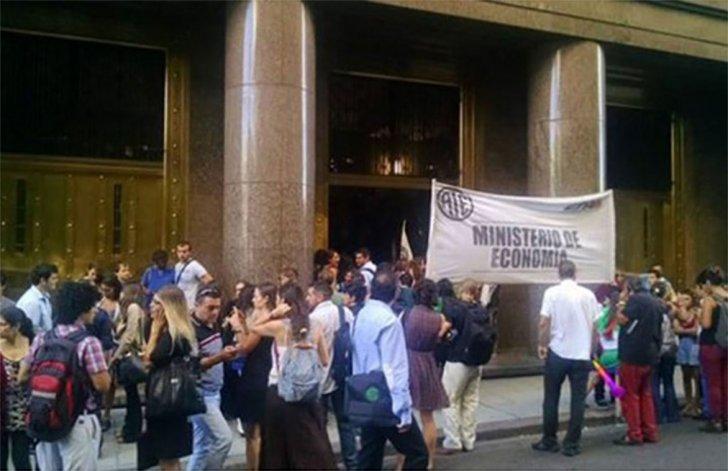 Trabajadores estatales tomaron el Ministerio de Economía en repudio a los despidos