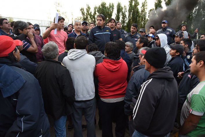 La asamblea de ayer donde los trabajadores resolvieron reincorporarse a sus tareas.