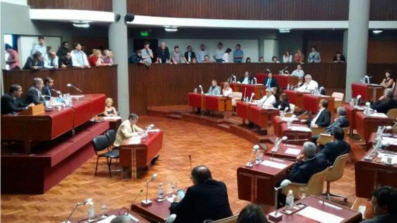 La legislatura aprobó una serie de pedidos de informes y también se creó una comisión para determinar cuánto cobra cada diputado.