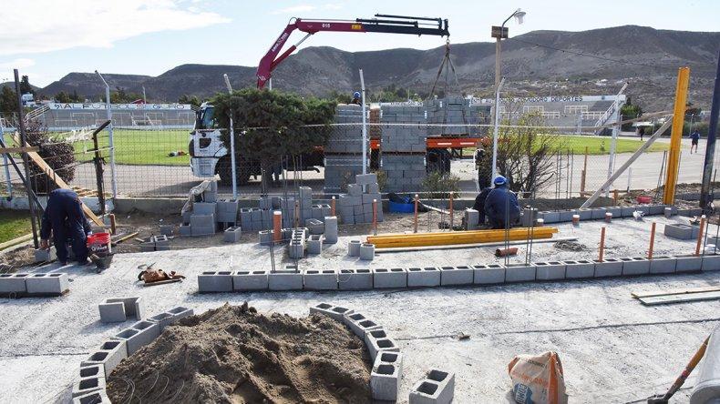 Los trabajos en el estadio municipal continúan a paso firme.