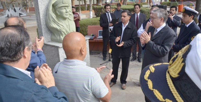 En un sentido homenaje se descubrió el busto que perpetúa la memoria del cabo Carlos Valdéz.