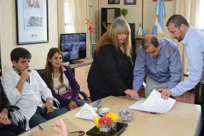 La firma del convenio realizada ayer en dependencias municipales.