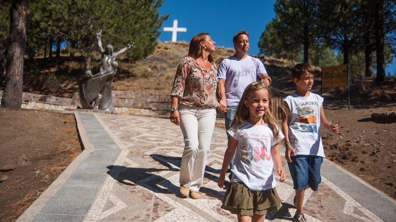 El Santuario Nuestra Señora de las Nieves y Beata Laura Vicuña se encuentra en el centro de la localidad de Junín de los Andes.