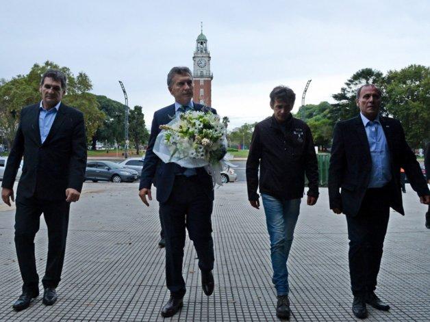 Macri acercó una ofrenda floral a los caídos en Malvinas.