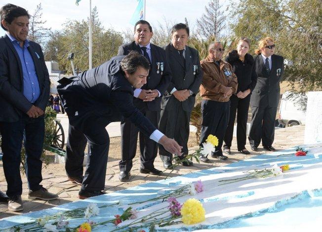 El intendente Facundo Prades y otras autoridades acompañaron a los veteranos en la ceremonia de arrojar flores a las figuras en alto relieve de la Gran Malvina y la Soledad.