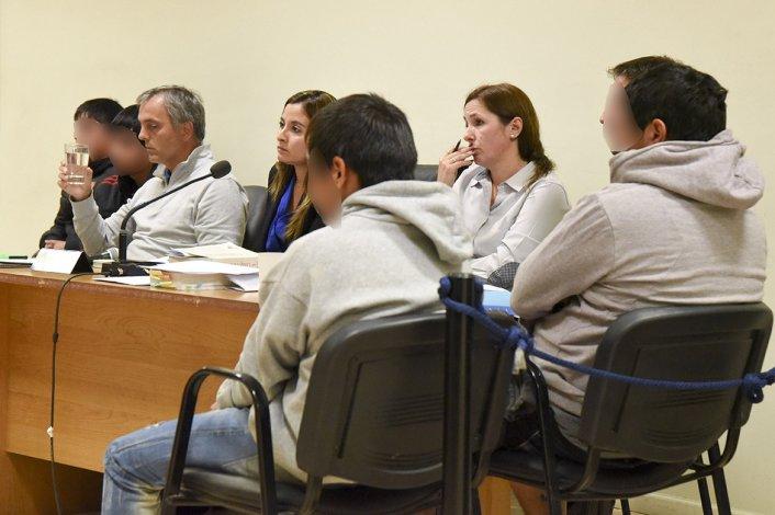 La audiencia de control de detención donde a los imputados mayores de edad se les dictó la prisión preventiva. Los rostros se publican pixelados para no invalidar la rueda de reconocimiento de personas que debe efectuar la Justicia.