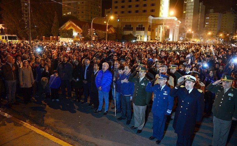 La ceremonia nocturna incluyó una marcha y espectáculos artísticos.