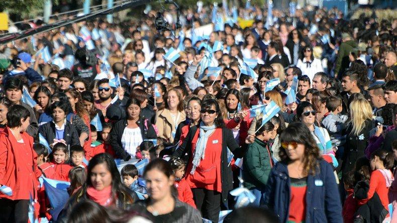 Representaciones escolares se sumaron al desfile realizado en la avenida Yrigoyen.