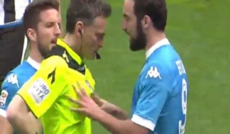 Higuaín fue expulsado e increpó al árbitro