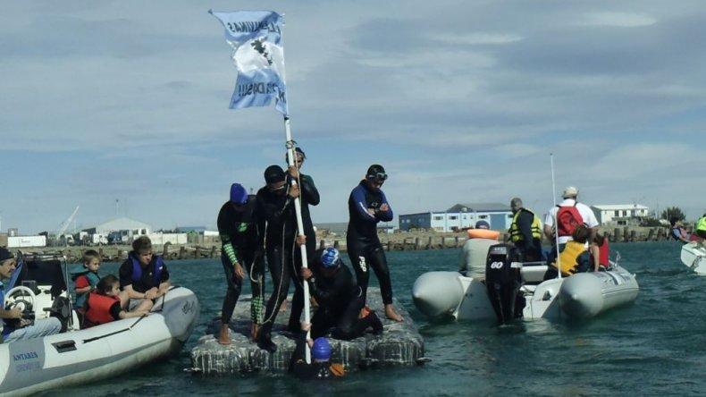 Colocación de la Bandera en la Isla Flotante. Foto Matías Rasgido.
