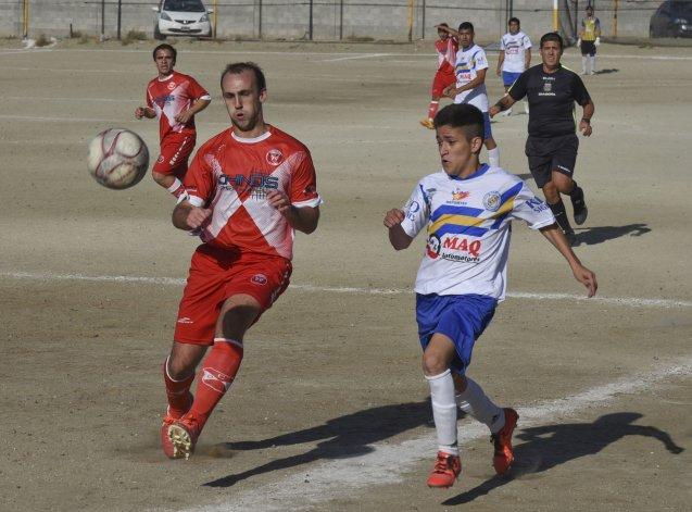Franco Erro jugó en la última línea de Sarmiento