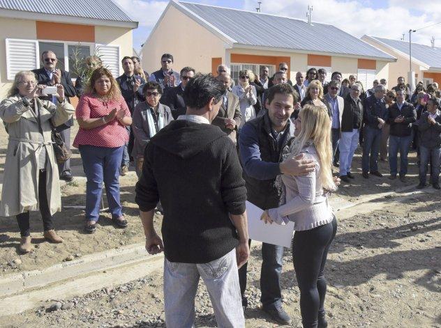 Autoridades provinciales y municipales entregaron viviendas a socios de la Cooperativa 9 de Agosto en el barrio René Favaloro.