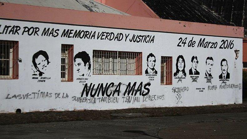 El mural que recuerda a las víctimas de la dictadura militar amaneció con escrituras neonazis y la leyenda Nunca Más tachada.