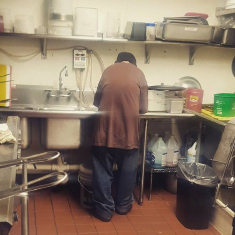 Pidió plata en un restaurante y la dueña le dio trabajo