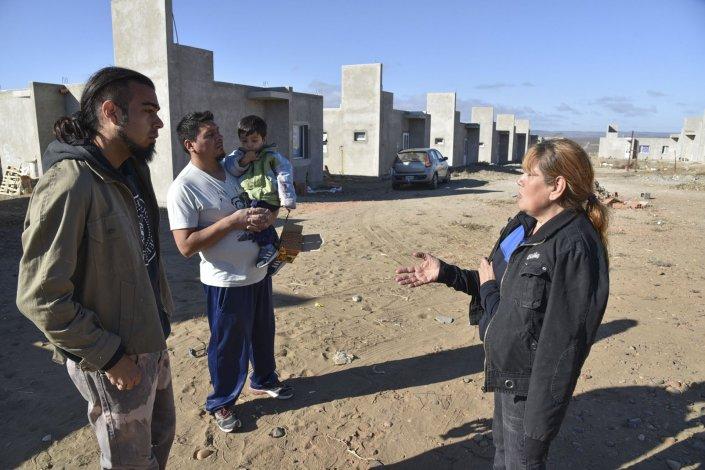 Las familias que pudieron acceder a una de las 150 viviendas del Plan Techo Digno se mantenían alertas para protegerlas.