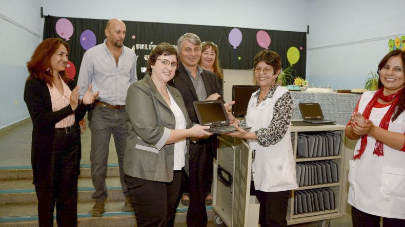 El ministerio de Educación entregó ayer dos aulas digitales a la Escuela 168 de Puerto Madryn.