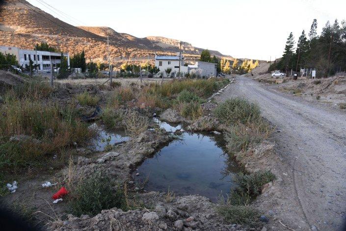 Los desechos cloacales en el barrio Saavedra tiene preocupados a los vecinos del sector próximo al camino Roque González.