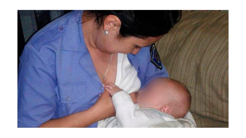Una policía amamantó a un bebé que estaba sin su mamá