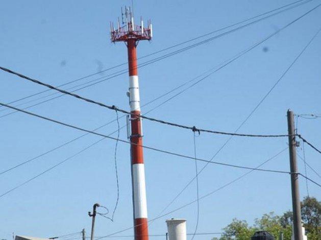 Vecino de Sarmiento denuncia que una antena de telefonía usurpa su terreno