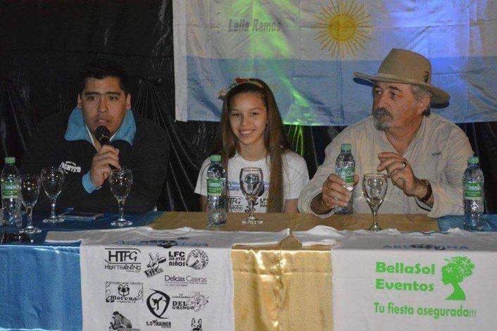 Leila Ramos junto a su entrenador Sergio Oyarzo y el presidente de Comodoro Deportes