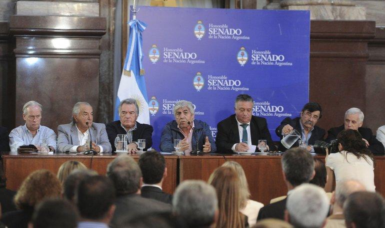 La conferencia de prensa que brindaron los líderes sindicales tras la reunión con senadores.