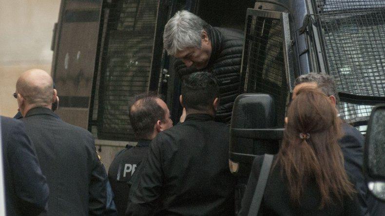 El momento en que Lázaro Báez es trasladado a Tribunales durante la mañana de ayer.