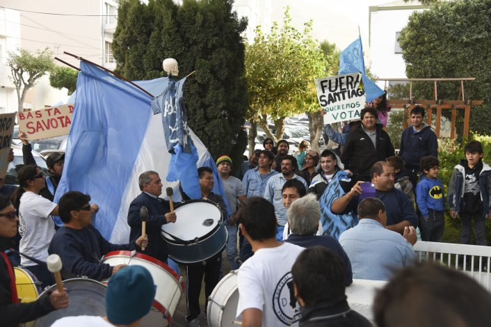 Trabajadores de Obras Sanitarias marcharon al municipio donde pusieron en conocimiento del viceintendente los problemas gremiales que terminan incidiendo en la prestación del servicio de agua y cloacas.