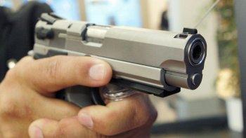 A punta de pistola le robaron un celular cuando se bajaba de su auto