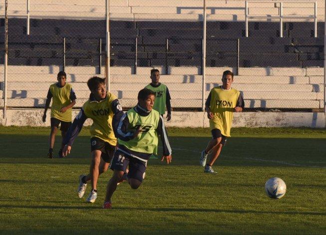 Jorge Newbery entrenó ayer en su campo de juego y hoy viajará rumbo al sur del país.