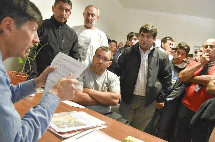 El concejal Rubén Martínez les dijo a los ex trabajadores de Autobuses SA que apoyaba su reclamo y que haría cumplir la ordenanza que avaló un acuerdo firmado ante la Secretaría de Trabajo.